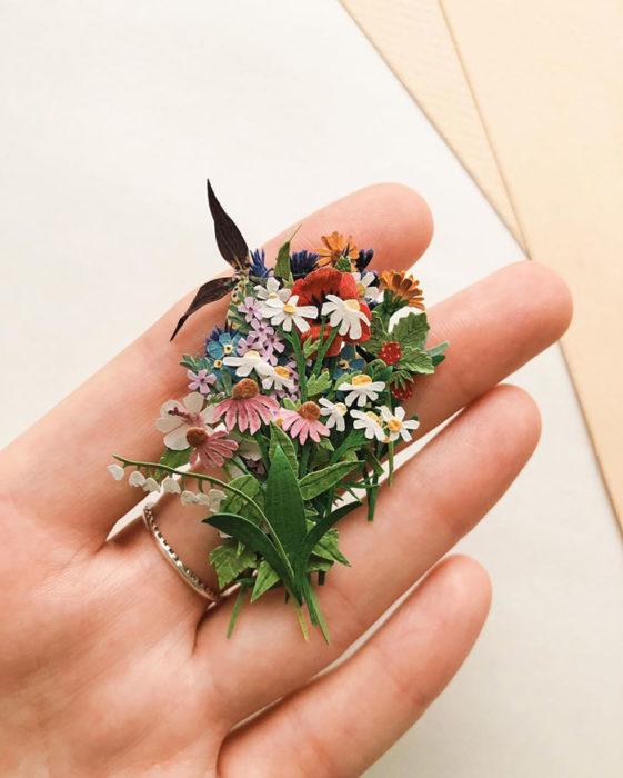 Miniramo de flores de papel de la artista Tania Lissova con margaritas de todos los colores