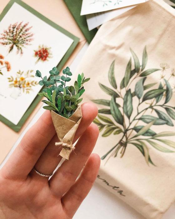 Miniramo de flores de papel de la artista Tania Lissova con albahaca envuelta en cartoncillo café