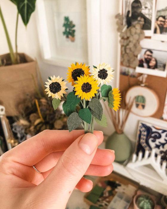 Miniramo de flores de papel de la artista Tania Lissova de girasoles amarillos