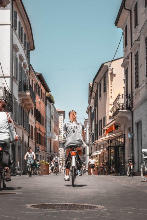 Chica andando en bicicleta en la ciudad