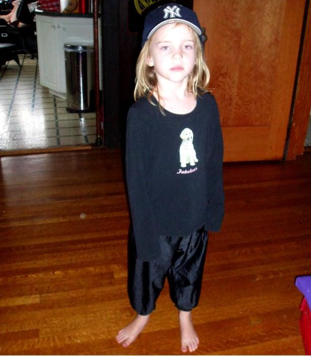 Billie Eilish de niña pequeña, con cabello rubio