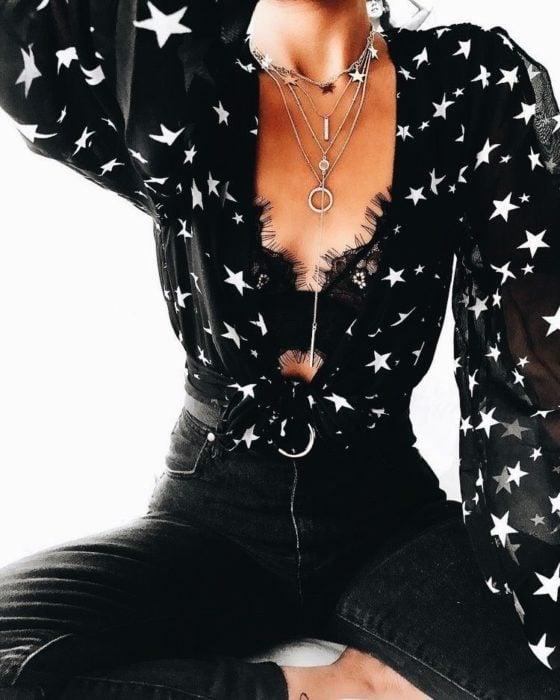 Blusa color negro con estampado de estrellas