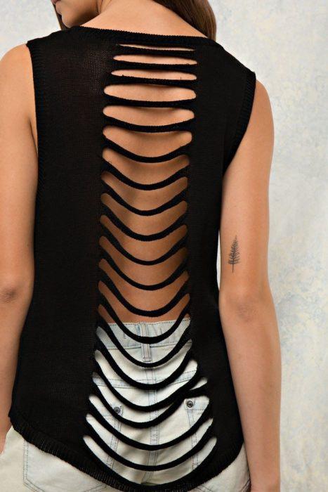 Blusa color negro customziada por la espalda