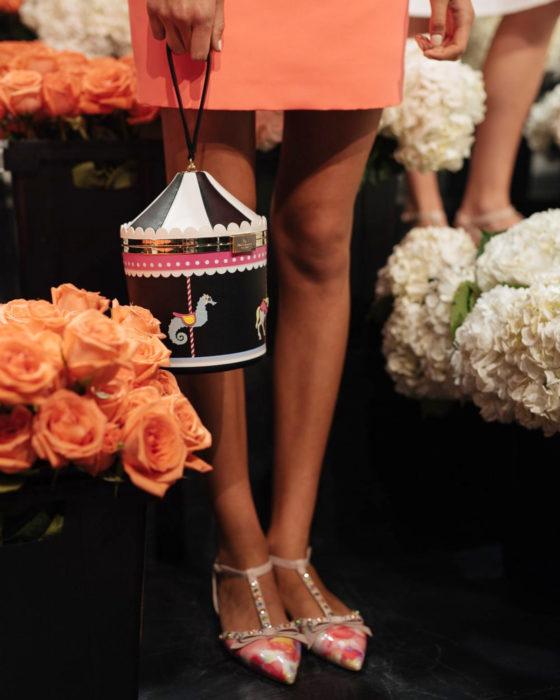 Bolsas kawaii bonitas y originales; bolso de mano negro de carrusel