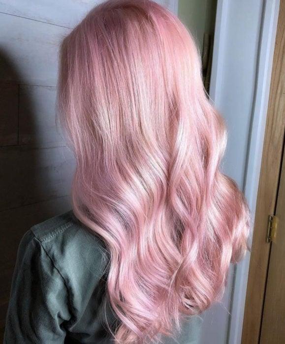 Cabello color rosa cherry blossom, flor de cerezo; mujer de cabello largo y ondulado