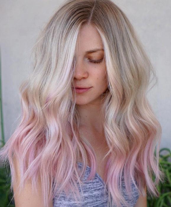 Cabello color rosa cherry blossom, flor de cerezo; mujer sonriendo con los ojos cerrados, cabello rubio y teñido de las puntas, ombré
