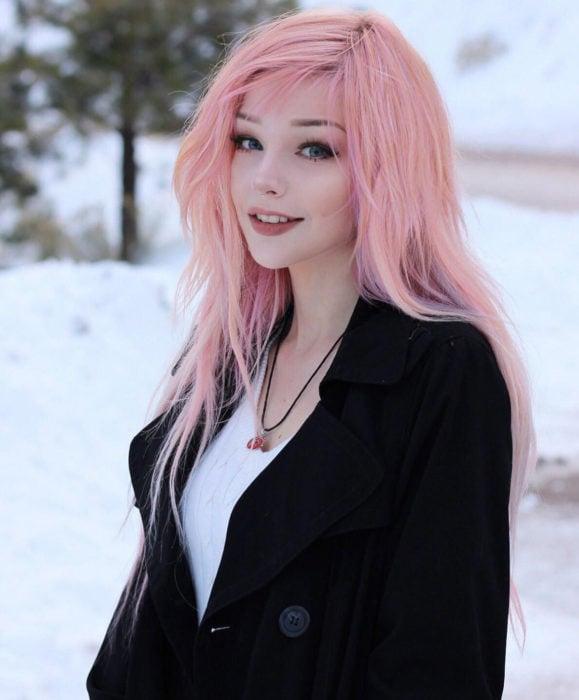 Cabello color rosa cherry blossom, flor de cerezo; chica de cabello lacio y largo en la nieve