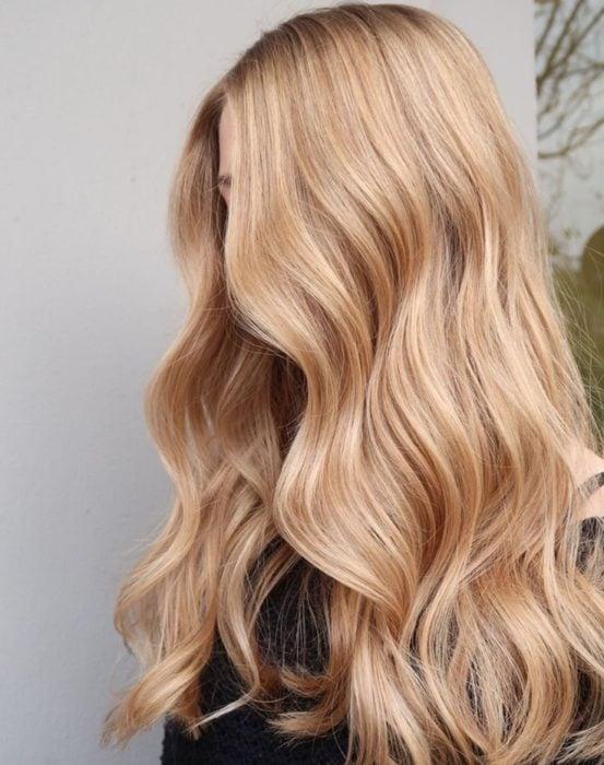 Chica de cabello largo rubio y ondulado
