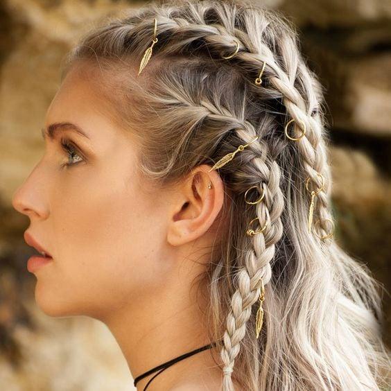 Chica de cabello largo y rubio con argollas en el cabello