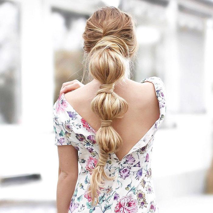 Chica rubia de cabello largo con trenza burbuja