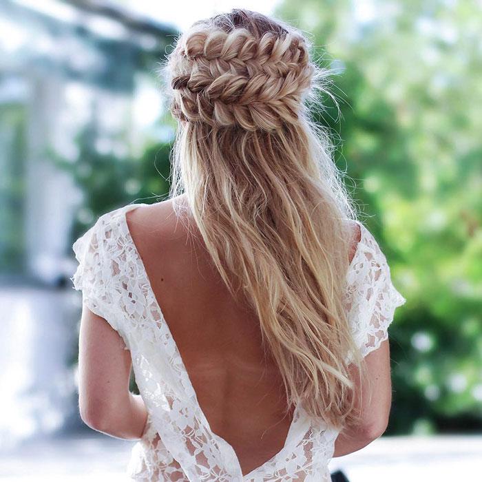 Mujer rubia de cabello largo con semi recogido con trenza
