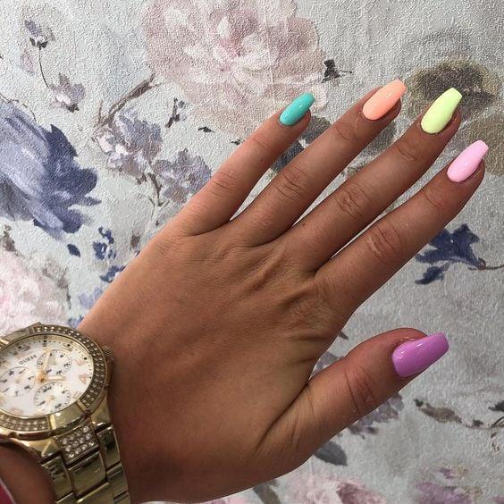 Uñas color pastel para chicas morenas