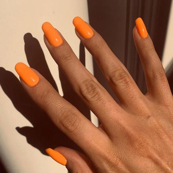 Uñas naranjas para chicas morenas