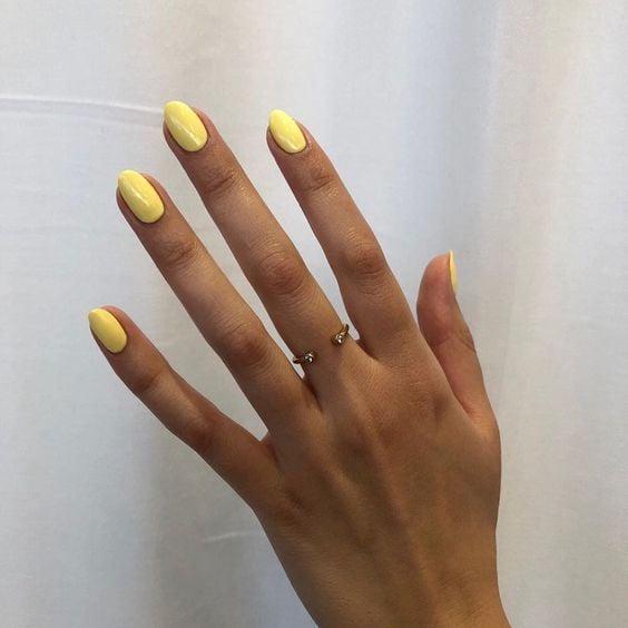 Uñas amarillas para chicas morenas
