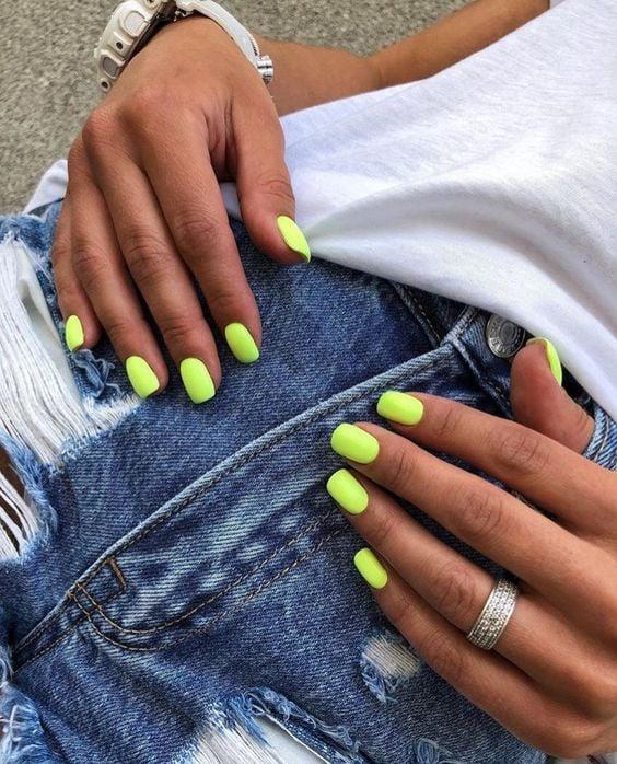 Uñas verde fosforescente para chicas morenas