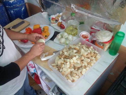Personas preparando alimentos en comedor comunitario