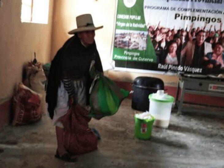 Albertina flores haciendo entrega de sus cosechas