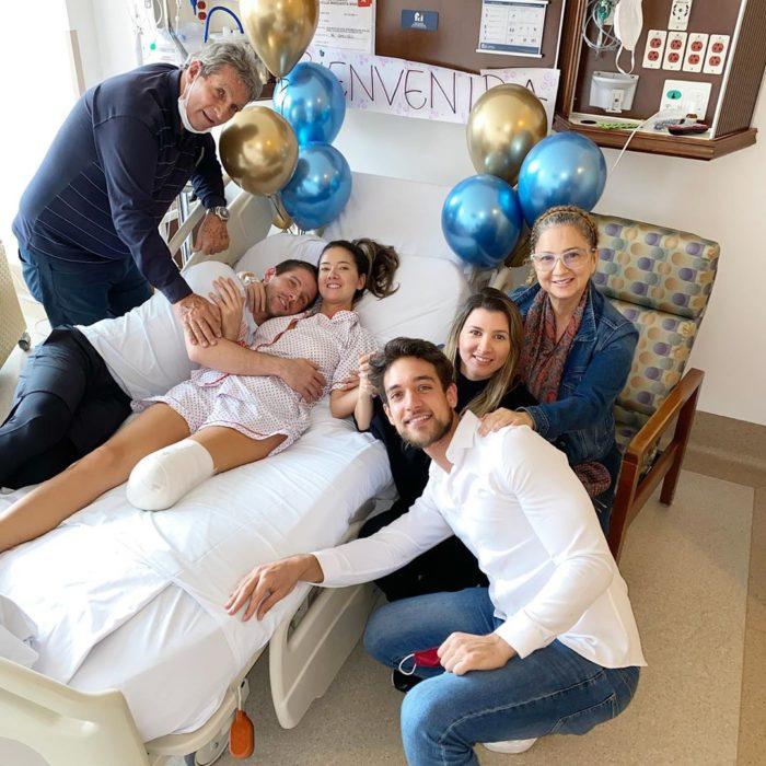 Daniella Álvarez después de la operación con su familia