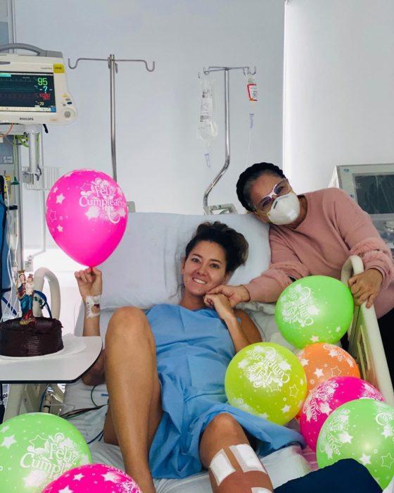 Daniella Álvarez con familia en su cumpleaños en el hospital