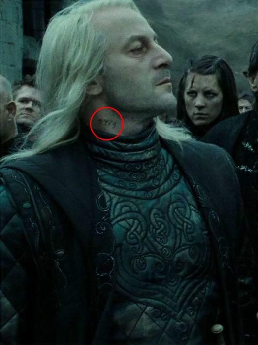 Lucius Malfoy con el número de prisionero de Azkaban en la película de Harry Potter