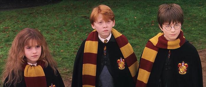 Manera en que los actores de Harry Potter usan sus bufandas del colegio
