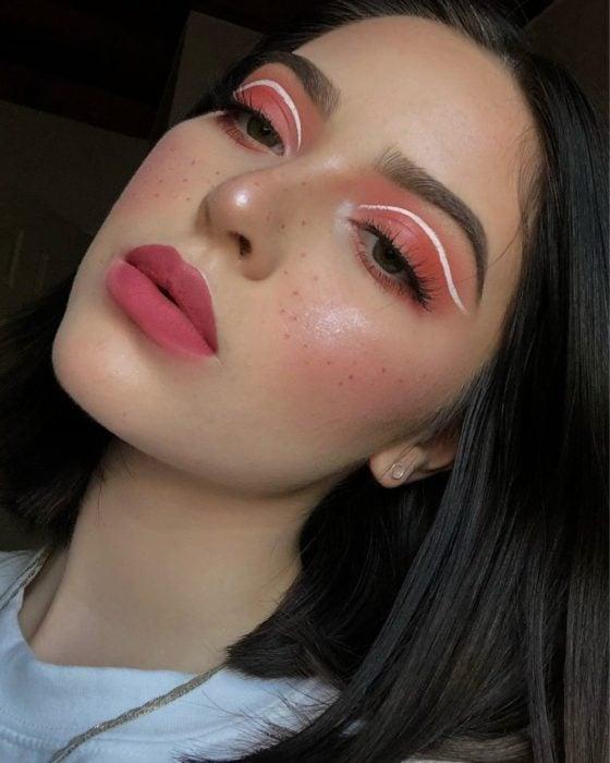 Chica con un delineado gráfico en color blanco con rosa