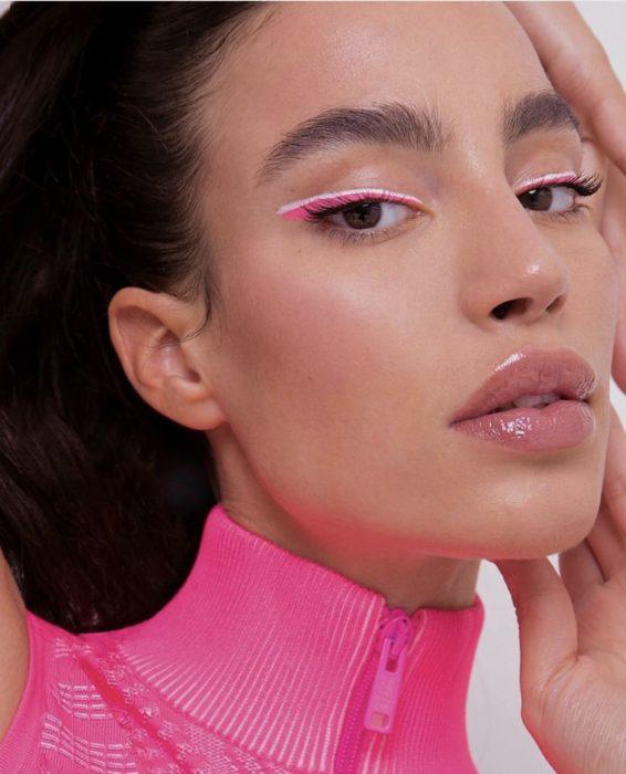Chica con un delineado gráfico en color rosa con blanco