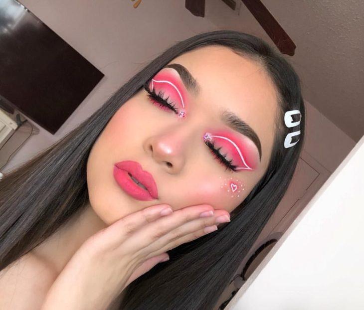 Chica con un delineado gráfico en color en color blanco con rosa