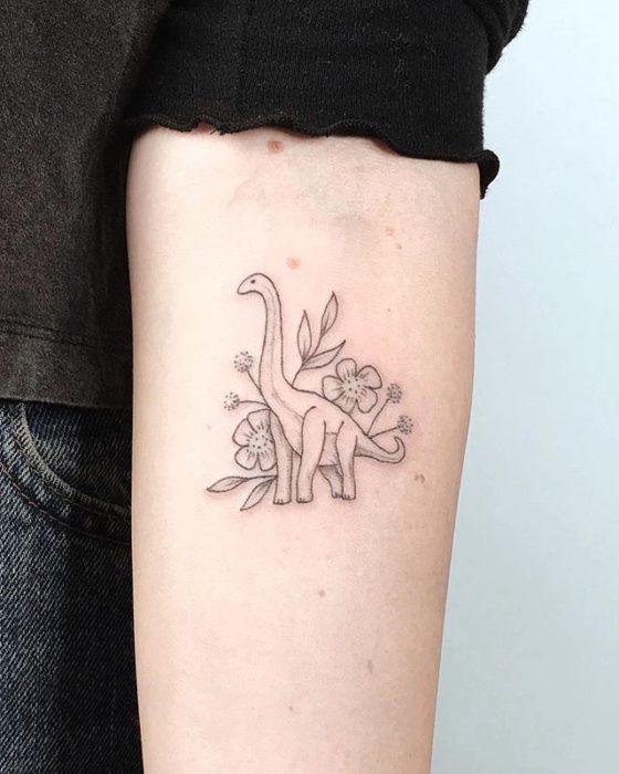 Tatuaje de dinosaurio femenino