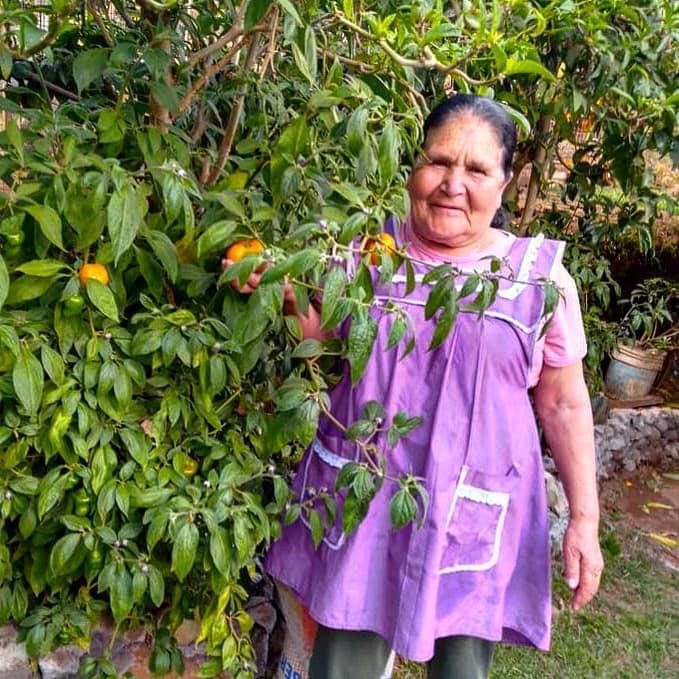 Doña Ángela posando para una foto