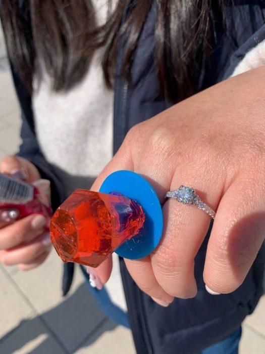 Chica llevando un anillo de caramelo sabor fresa