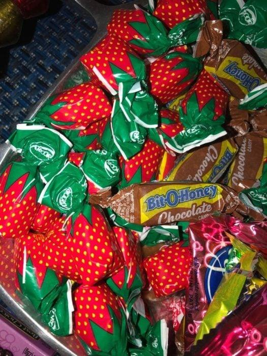 Dulces de caramelo sabor fresa en empaques rojos