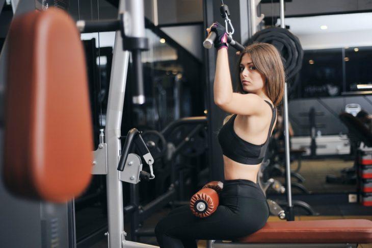 Mujer realizando ejercicio para el pecho