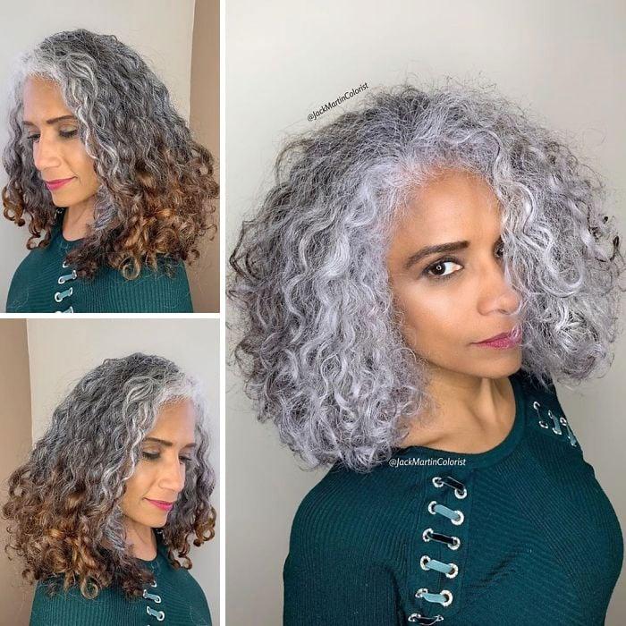Chica de cabello rizado mostrando su antes y después de teñirlo plateado