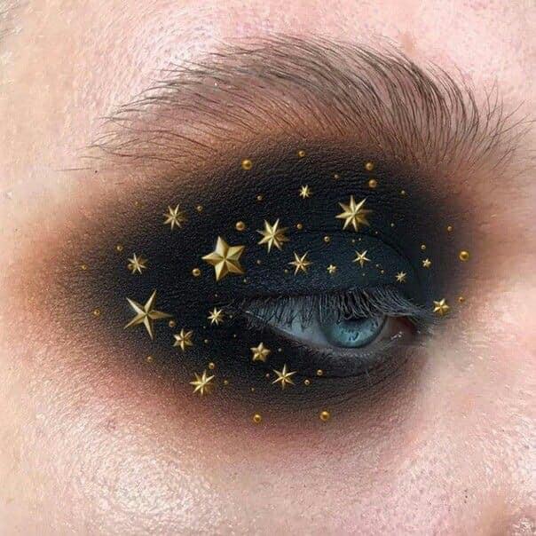 Maquillaje galáctico con tonos negro y oro