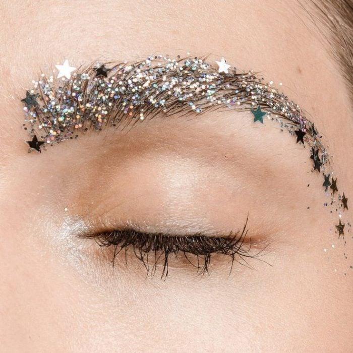 Maquillaje galáctico con tono plateado