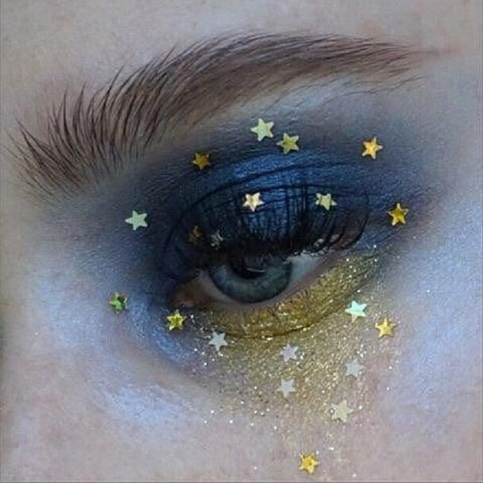Maquillaje galáctico con tono azul y dorado