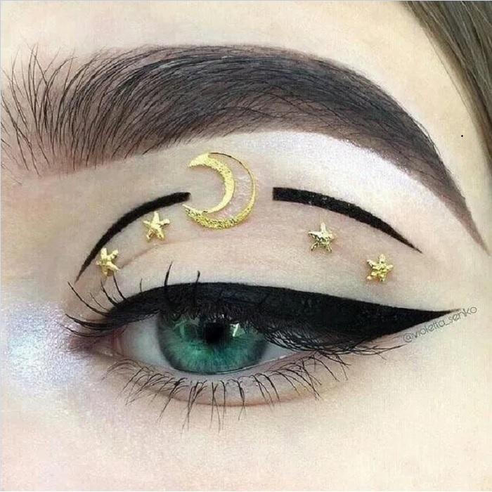 Maquillaje galáctico con tono dorado y negro