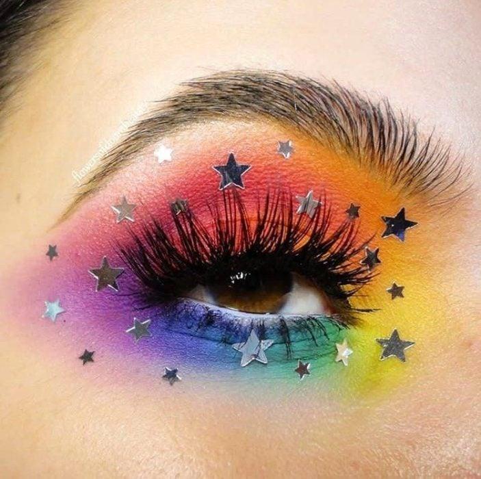 Maquillaje galáctico con tonalidad arcoíris