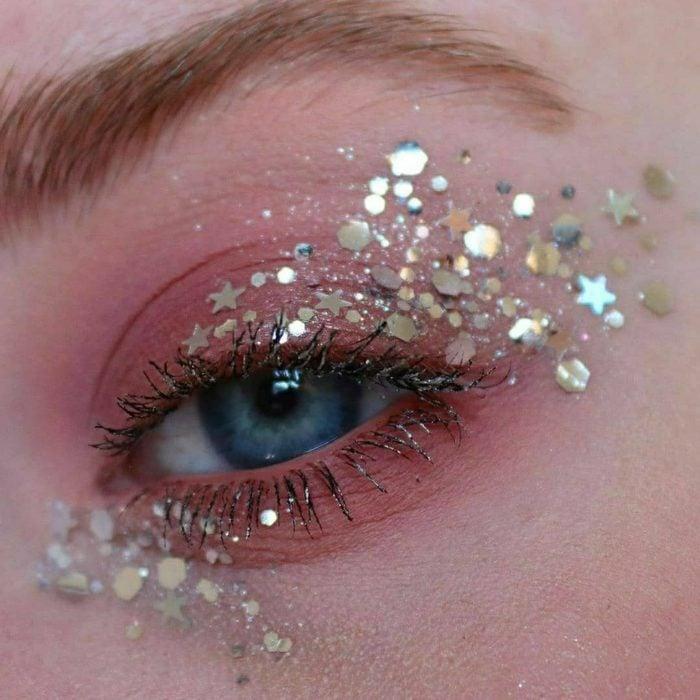 Maquillaje galáctico con tonos tornasol