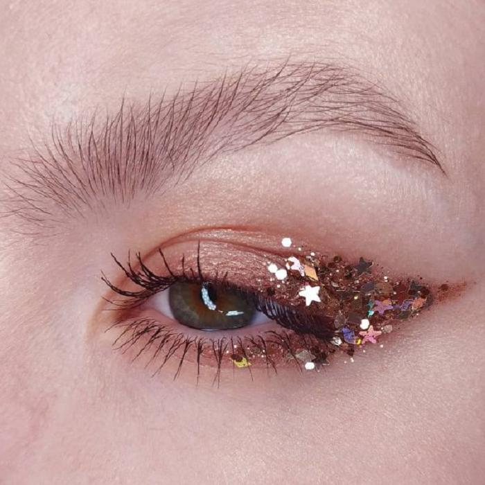 Maquillaje galáctico con tonos bronce