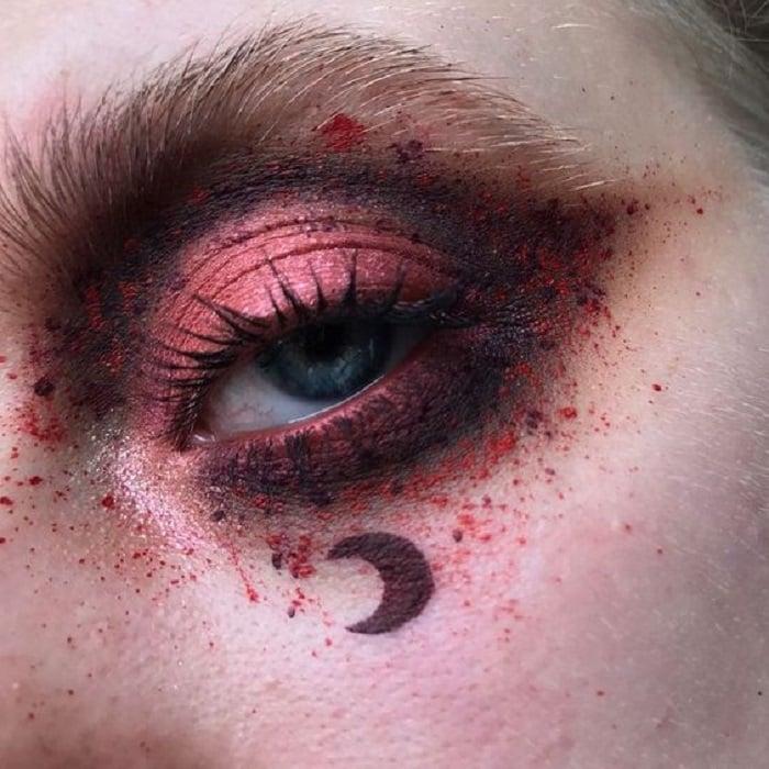 Maquillaje galáctico con tonos roijizos