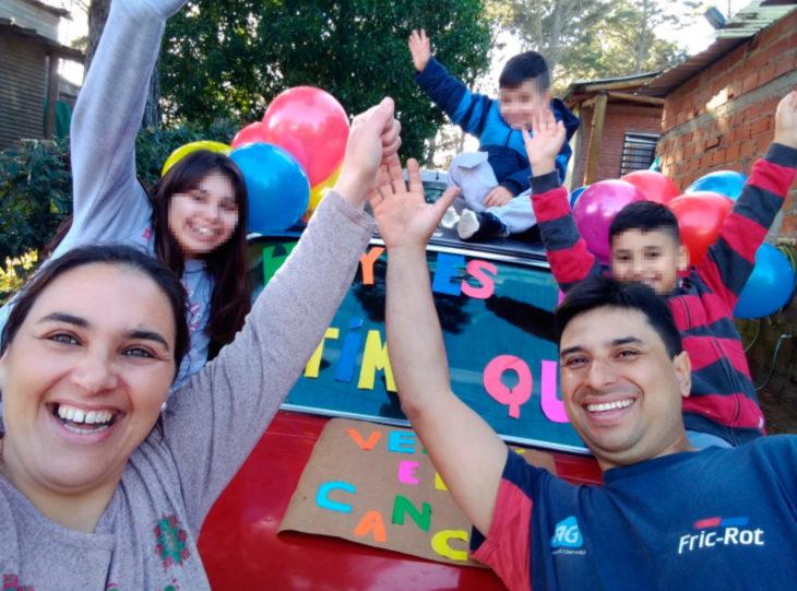 Niño celebra que venció al cáncer con carteles y globos de colores; familia feliz