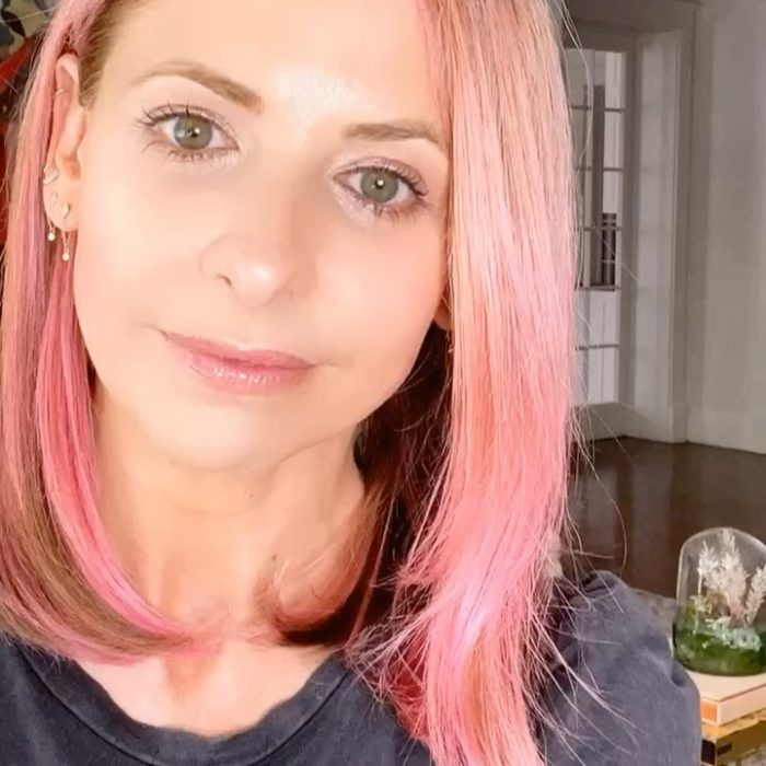 Sarah Michelle Geller con el cabello teñido de color rosa