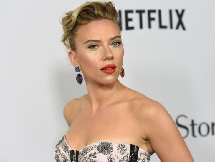 Scarlett Johanssonposando para una fotografía durante una alfombra roja de Netflix