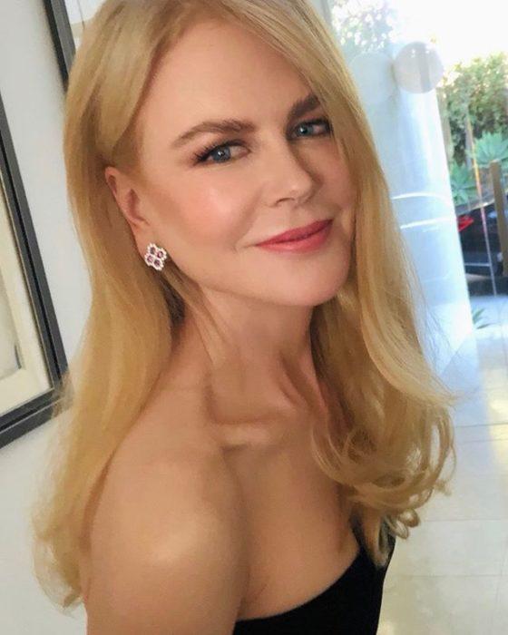 Nicole Kidmansonriendo y posando para una fotografía