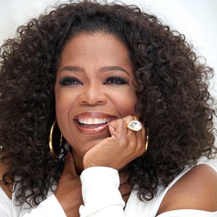 Oprah Winfreydurante una rueda de prensa sonriendo