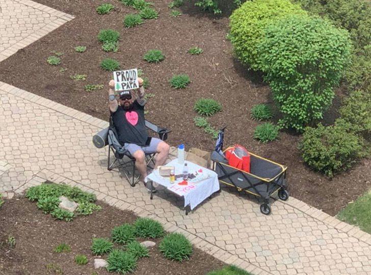 Hombre escribe carteles a su esposa que está en el hospital