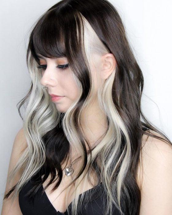 Chica de cabello largo y negro con mechones estilo High-Contrast hair