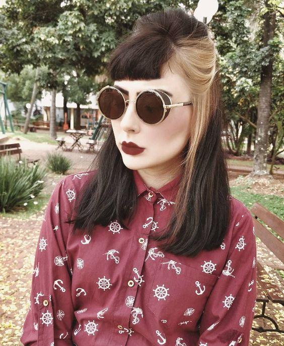 Chica de melena mediana y un mechón de cabello claro estilo High-Contrast hair